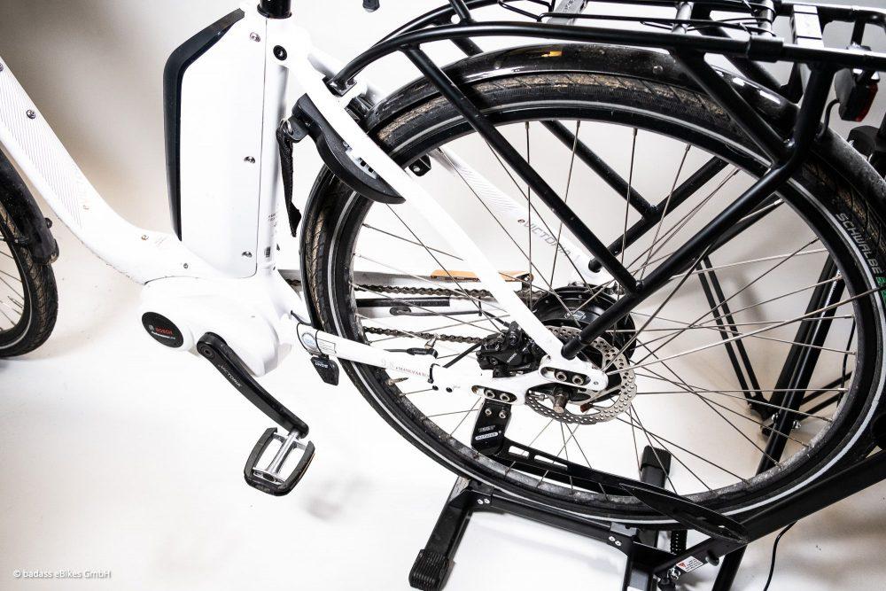 A Badass tuningmodult a hátsó kerék forgásérzékelő szenzorára kell rápattintani.