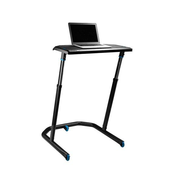 A Wahoo KICKR beltéri edző asztal, rajta laptoppal