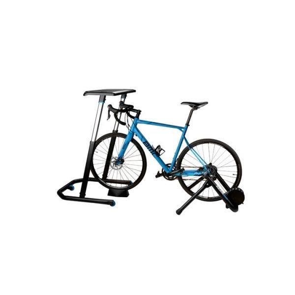 A Wahoo KICKR beltéri edző asztal kerékpárral
