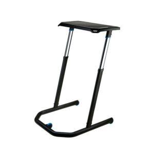 A Wahoo KICKR beltéri edző asztal kihúzott lábakkal