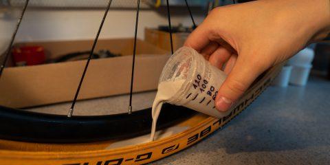 A gyártó ajánlása alapján feltöltjük a rendzsert a megfelelő mennyiségű folyadékkal.